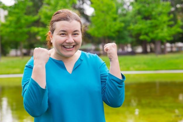 Szczęśliwa podekscytowana i wielkości kobieta świętuje sukces Darmowe Zdjęcia