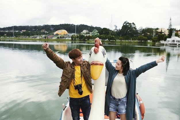 Szczęśliwa przejażdżka łodzią Darmowe Zdjęcia