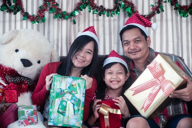 Szczęśliwa Rodzina Azjatyckich Trzyma Pudełko W Boże Narodzenie Premium Zdjęcia