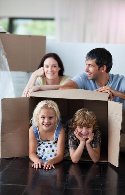 Szczęśliwa Rodzina Bawić Się W Domu Z Pudełkami Premium Zdjęcia
