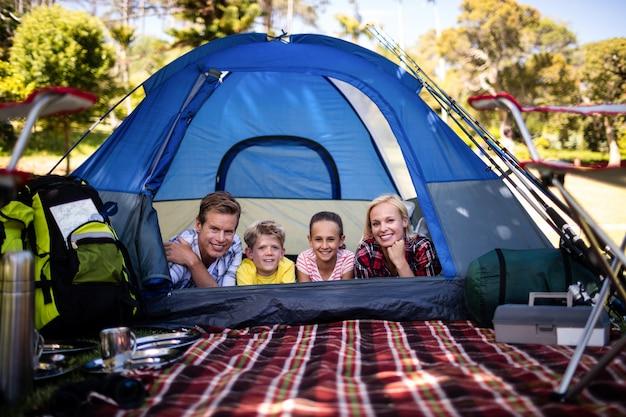 Szczęśliwa rodzina leży w namiocie Premium Zdjęcia