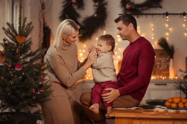 Szczęśliwa Rodzina Mama Tata Syn Przygotowuje Się Do Nowego Roku W Domu W Kuchni. Premium Zdjęcia