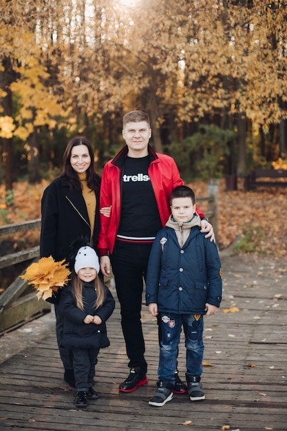 Szczęśliwa Rodzina Matka, Ojciec I Dwoje Dzieci, Pozowanie Razem Na Zewnątrz Premium Zdjęcia