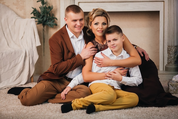 Szczęśliwa Rodzina Na Boże Narodzenie I Nowy Rok Przy Kominku Premium Zdjęcia