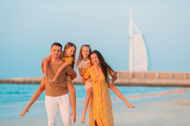 Szczęśliwa Rodzina Na Plaży Podczas Letnich Wakacji Premium Zdjęcia