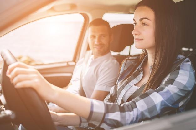 Szczęśliwa Rodzina Na Podróż Samochodem Premium Zdjęcia