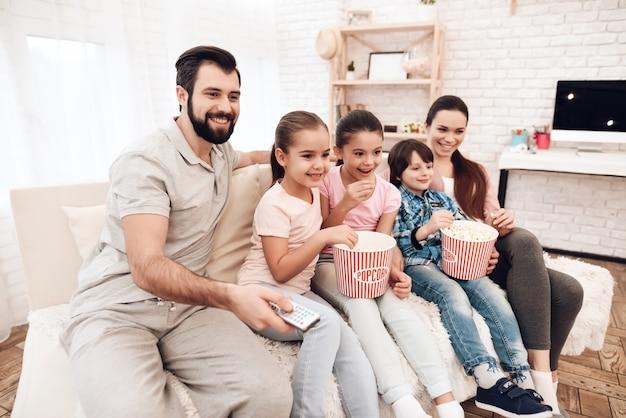 Szczęśliwa rodzina ogląda film w domu. Premium Zdjęcia