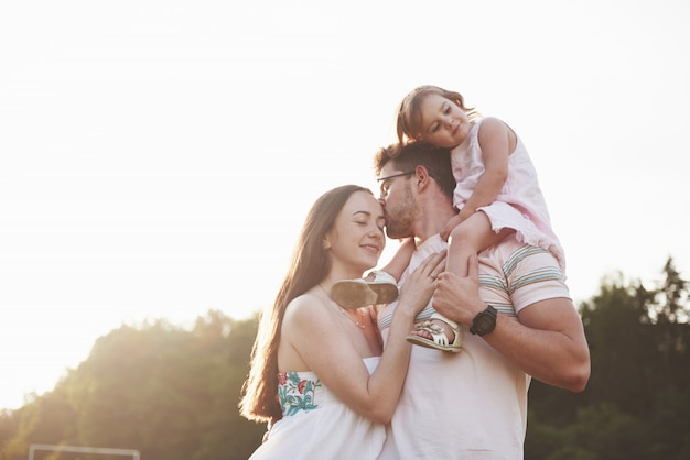 Szczęśliwa Rodzina, Ojciec Matki I Córka Dziecka W Naturze O Zachodzie Słońca. Premium Zdjęcia