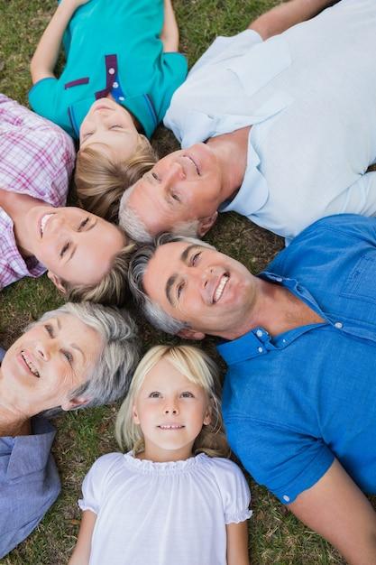 Szczęśliwa rodzina patrząc na kamery Premium Zdjęcia