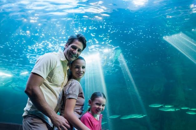 Szczęśliwa Rodzina Patrząc Na Zbiornik Premium Zdjęcia