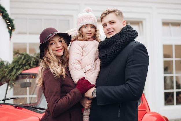 Szczęśliwa Rodzina Pozowanie Na Zewnątrz Premium Zdjęcia
