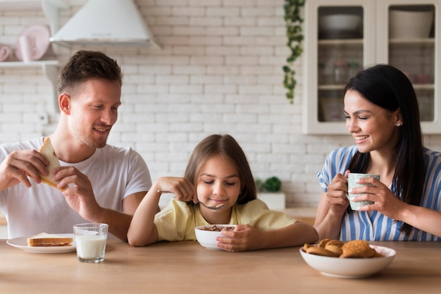 Szczęśliwa Rodzina Razem Jeść Darmowe Zdjęcia
