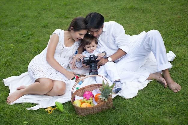 Szczęśliwa Rodzina Relaks W Parku W Piękny Letni Dzień. Premium Zdjęcia
