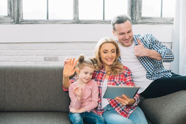 Szczęśliwa rodzina robi wideo wzywał cyfrową pastylkę Darmowe Zdjęcia