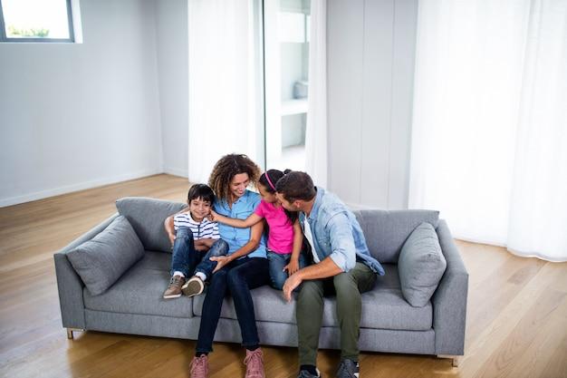 Szczęśliwa rodzina siedzi razem na kanapie Premium Zdjęcia