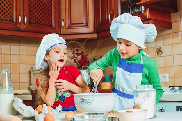 Szczęśliwa Rodzina śmieszne Dzieci Przygotowują Ciasto, Piec Ciastka W Kuchni Darmowe Zdjęcia