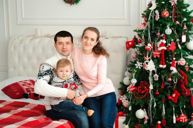 Szczęśliwa Rodzina świętuje Sylwestra Razem Premium Zdjęcia