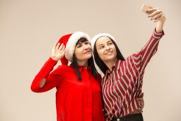 Szczęśliwa Rodzina W Boże Narodzenie Sweter Z Telefonami Komórkowymi Darmowe Zdjęcia
