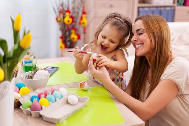 Szczęśliwa Rodzina W Czasie Wielkanocy Darmowe Zdjęcia