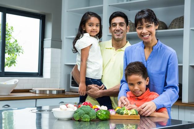 Szczęśliwa Rodzina W Kuchni Premium Zdjęcia