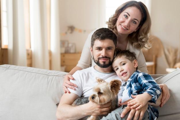 Szczęśliwa Rodzina W Pomieszczeniu Z Uroczym Psem Premium Zdjęcia