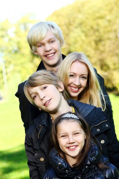 Szczęśliwa rodzina zabawy w parku Darmowe Zdjęcia