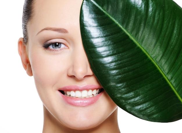 Szczęśliwa Roześmiana Twarz Kobiety I Duży Zielony Liść Darmowe Zdjęcia