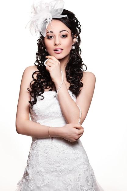 Szczęśliwa Seksowna Piękna Panny Młodej Brunetki Kobieta W Białej ślubnej Sukni Z Fryzurą I Jaskrawym Makijażem Darmowe Zdjęcia