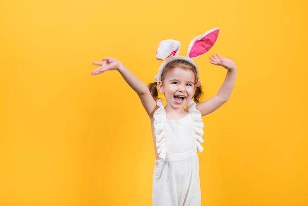 Szczęśliwa śliczna dziewczyna w królików ucho Darmowe Zdjęcia