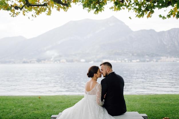 Szczęśliwa ślub Para W Como Jeziorze, Włochy Darmowe Zdjęcia