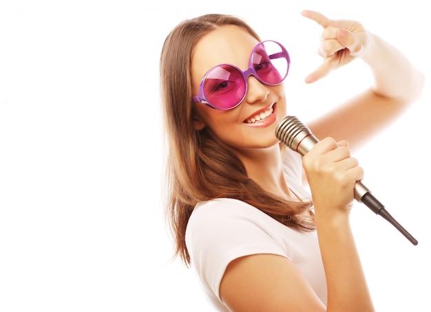 Szczęśliwa śpiewająca dziewczyna Premium Zdjęcia