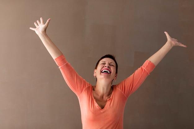 Szczęśliwa Starsza Kobieta Podnosząc Ręce Do Góry Darmowe Zdjęcia