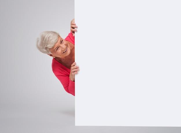 Szczęśliwa Starsza Kobieta Za Tablicą Darmowe Zdjęcia