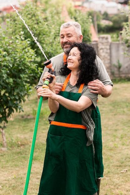 Szczęśliwa starsza para z wodnym wężem elastycznym Darmowe Zdjęcia