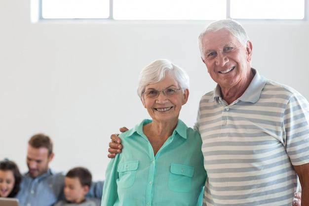 Szczęśliwa Starszej Osoby Para Ono Uśmiecha Się Przy Kamerą Premium Zdjęcia