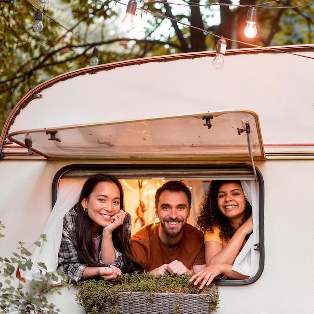 Szczęśliwa Trójka Przyjaciół Gotowych Na Wycieczkę Samochodową Darmowe Zdjęcia