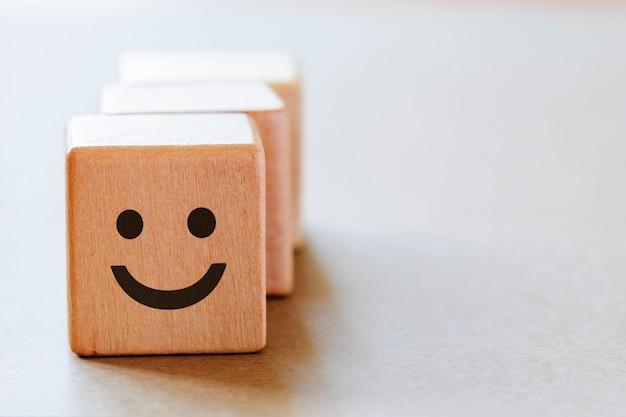 Szczęśliwa Twarz Emocji Po Stronie Kości Premium Zdjęcia