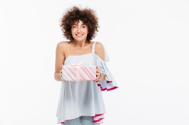 Szczęśliwa Uśmiechnięta Kobieta Trzyma Teraźniejszego Pudełko Darmowe Zdjęcia