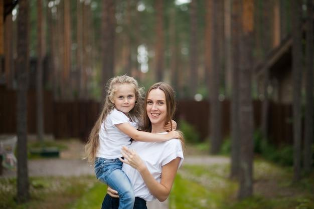 Szczęśliwa Uśmiechnięta Matka I Przytulanie śliczna Emocjonalna Córeczka Premium Zdjęcia
