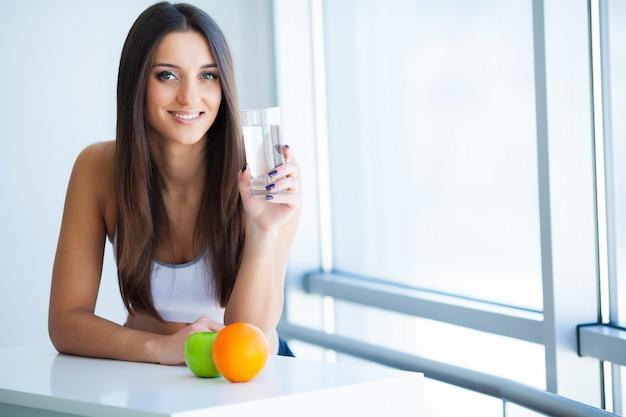 Szczęśliwa Uśmiechnięta Młoda Kobieta Bierze Dietetycznego Nadprogram Premium Zdjęcia