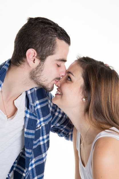 Szczęśliwa uśmiechnięta para w miłości odizolowywającej na bielu Premium Zdjęcia
