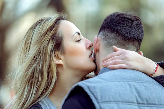 Szczęśliwa Uśmiechnięta Para W Miłości Premium Zdjęcia