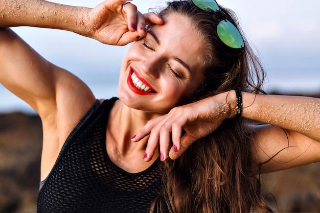 Szczęśliwa Uśmiechnięta Pozytywna Kobieta Bawi Się I Ciesz Się Latem, Portret Z Bliska, Idealna Skóra I Naturalny Makijaż, Relaksująca Koncepcja. Darmowe Zdjęcia