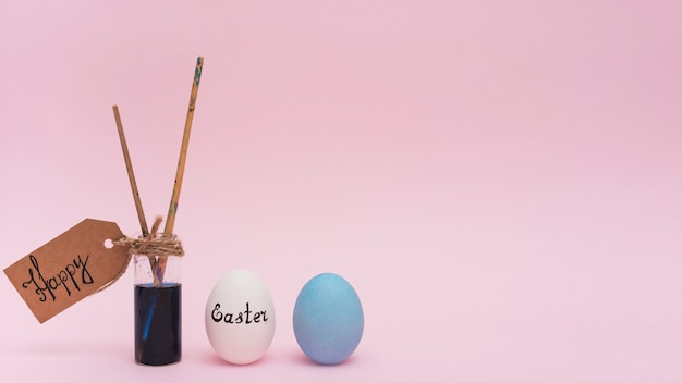 Szczęśliwa wielkanocna inskrypcja z jajkami i muśnięciem Darmowe Zdjęcia