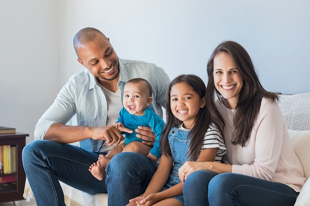 Szczęśliwa Wieloetniczna Rodzina Na Kanapie Premium Zdjęcia
