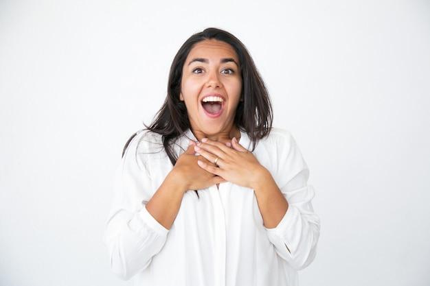 Szczęśliwa zszokowana kobieta sapie z zaskoczenia Darmowe Zdjęcia