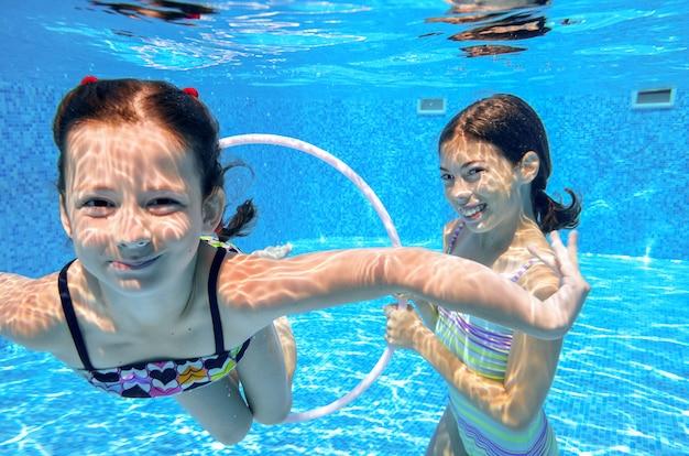 Szczęśliwe Aktywne Dzieci Bawią Się Pod Wodą W Basenie Premium Zdjęcia