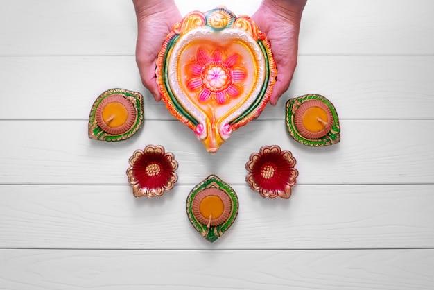 Szczęśliwe diwali gliniane diya lampy zaświecały podczas dipavali, hinduski festiwal świateł świętowanie Premium Zdjęcia