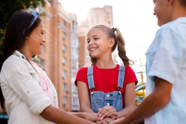 Szczęśliwe Dzieci łączące Ręce Darmowe Zdjęcia