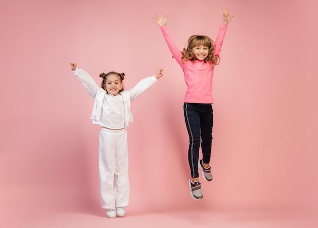 Szczęśliwe Dzieci Na Białym Tle Na ścianie Studio Koralowego Różu Darmowe Zdjęcia